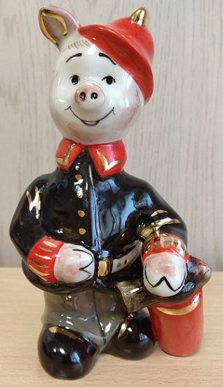 Скульптура Поросенок пожарный в черной рубашке